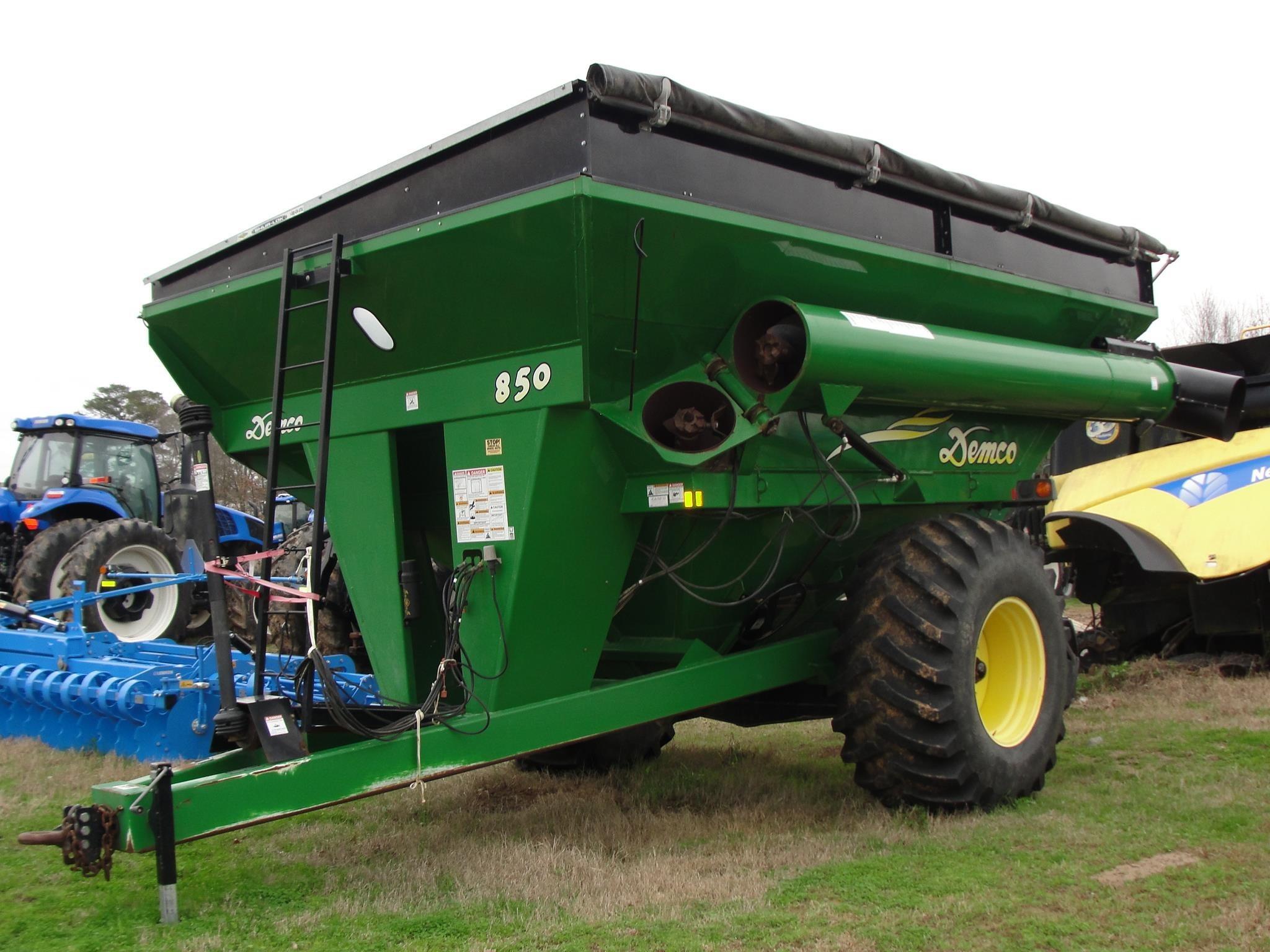2011 Demco 850 Grain Cart