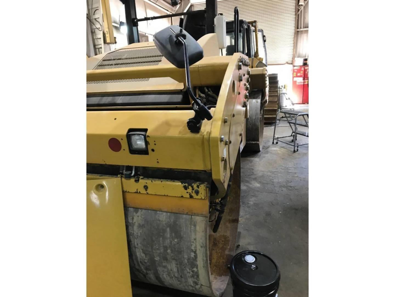 2015 Caterpillar CB64 Compacting and Paving