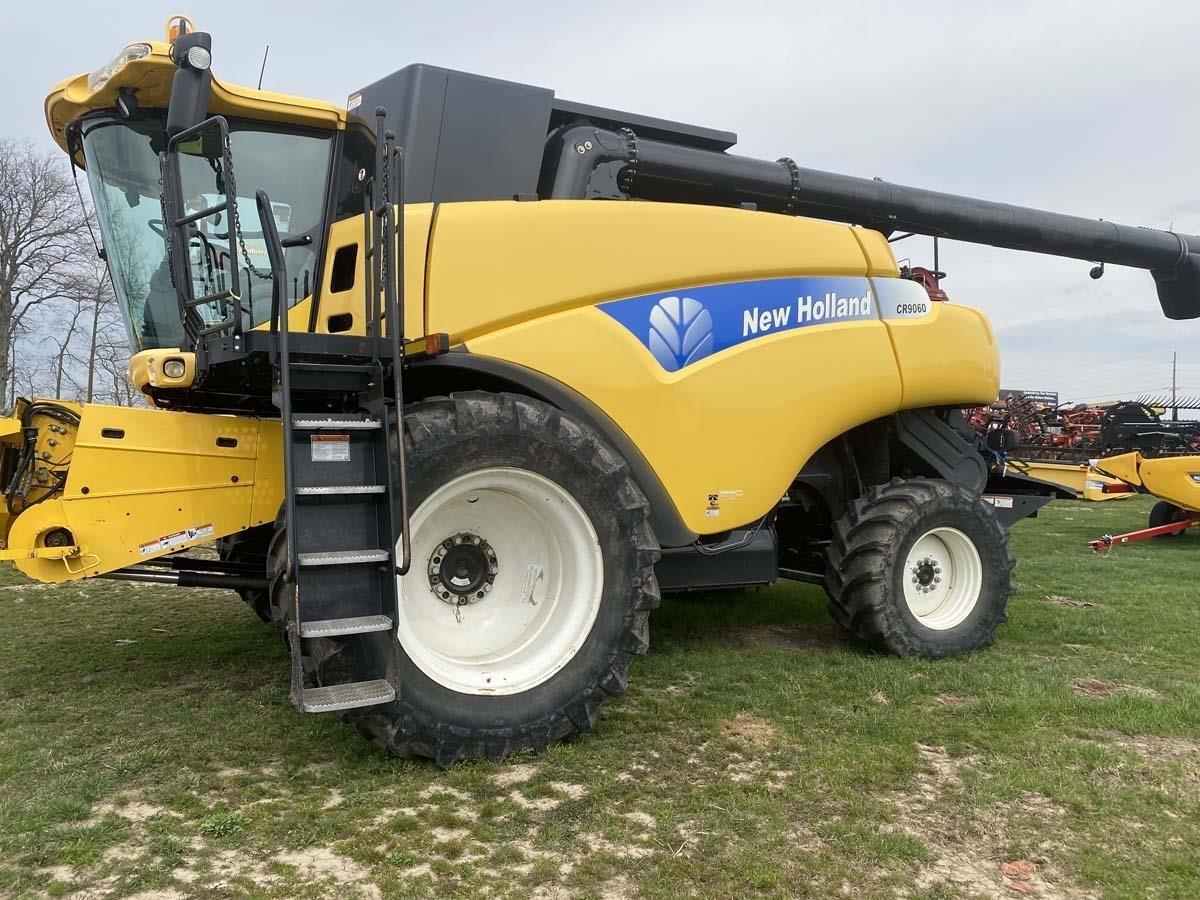 2007 New Holland CR9060 Combine