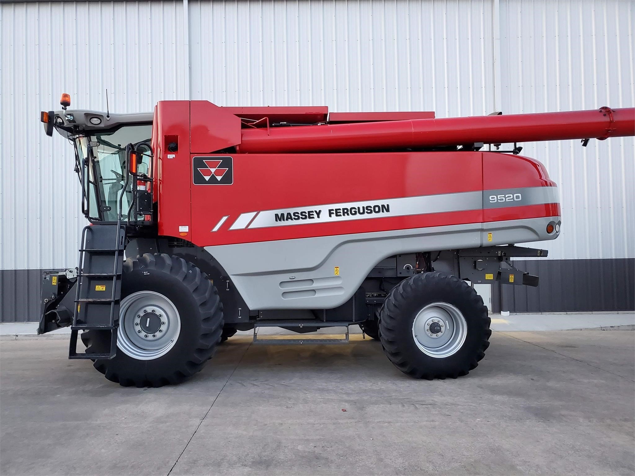 2012 Massey Ferguson 9520 Combine