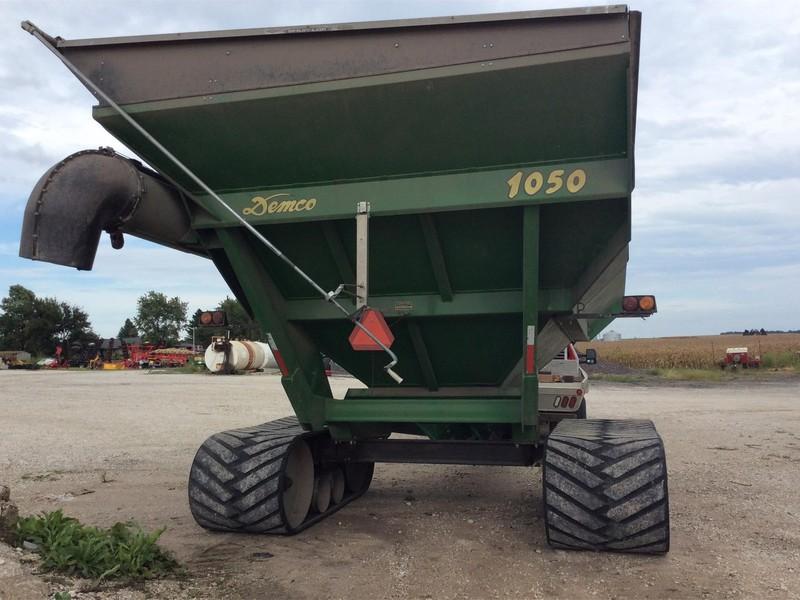 2010 Demco 1050 Grain Cart