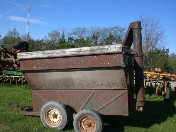 Grain-O-Vator 10 Series Feed Wagon