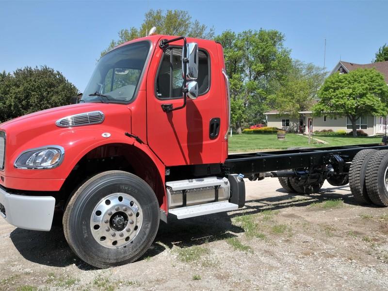 2016 Freightliner BUSINESS CLASS M2 106 Semi Truck