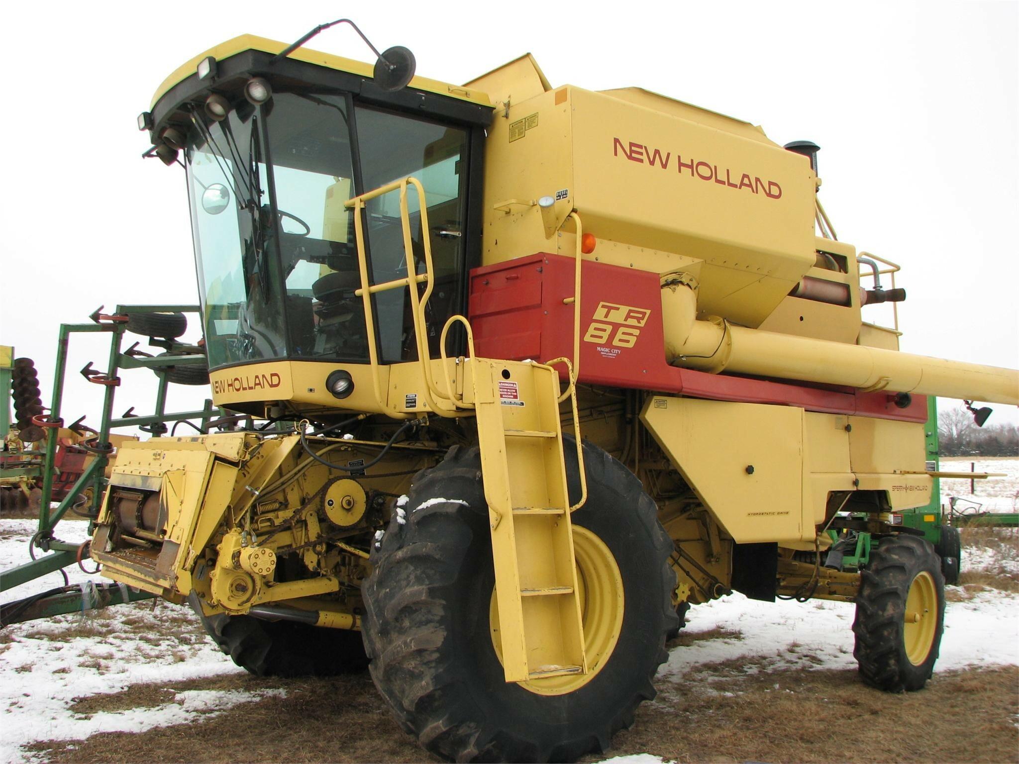 1986 New Holland TR86 Combine