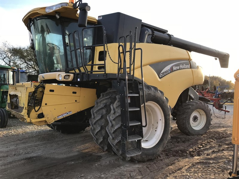 2005 New Holland CR960 Combine