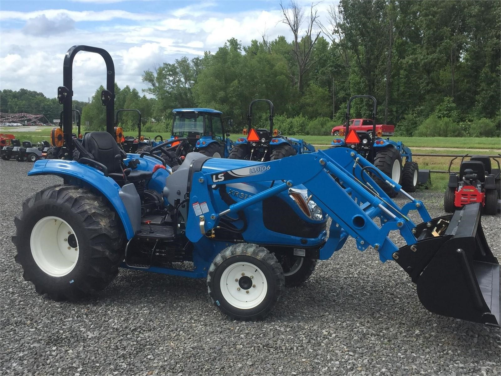 2021 LS XR3135H Tractor