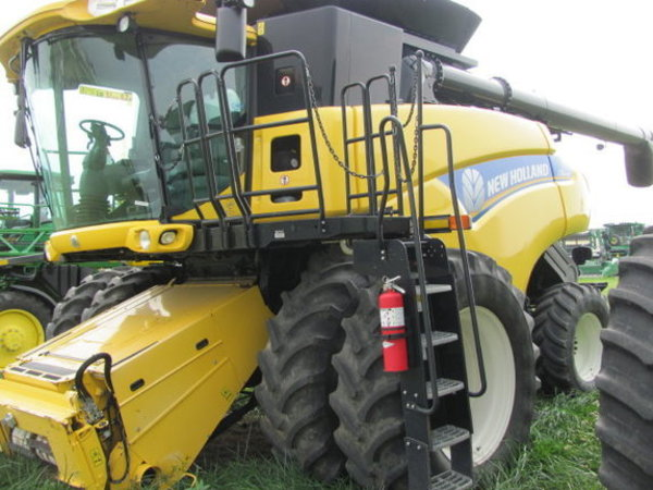 2012 New Holland CR8080 Combine