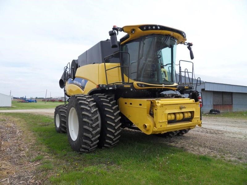 New Holland CR8.90 Combine