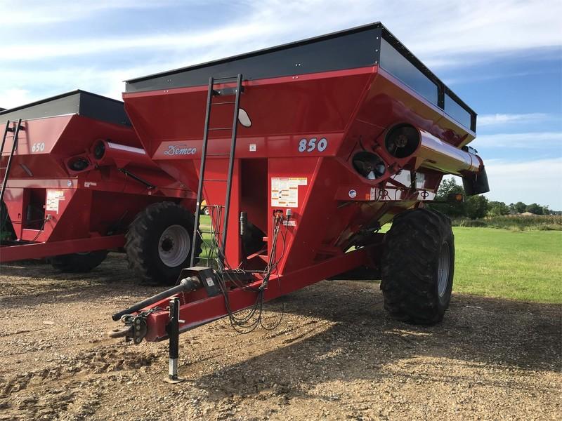 2012 Demco 850 Grain Cart