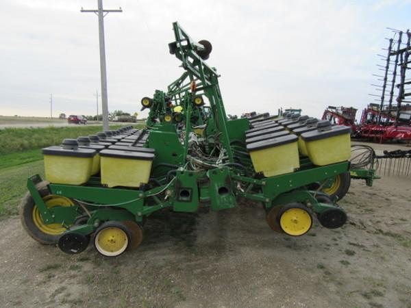 John Deere 24r22 Custom Planter Planters For Sale Machinery Pete