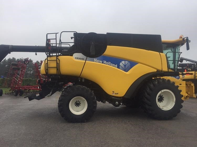 2010 New Holland CR9040 Combine