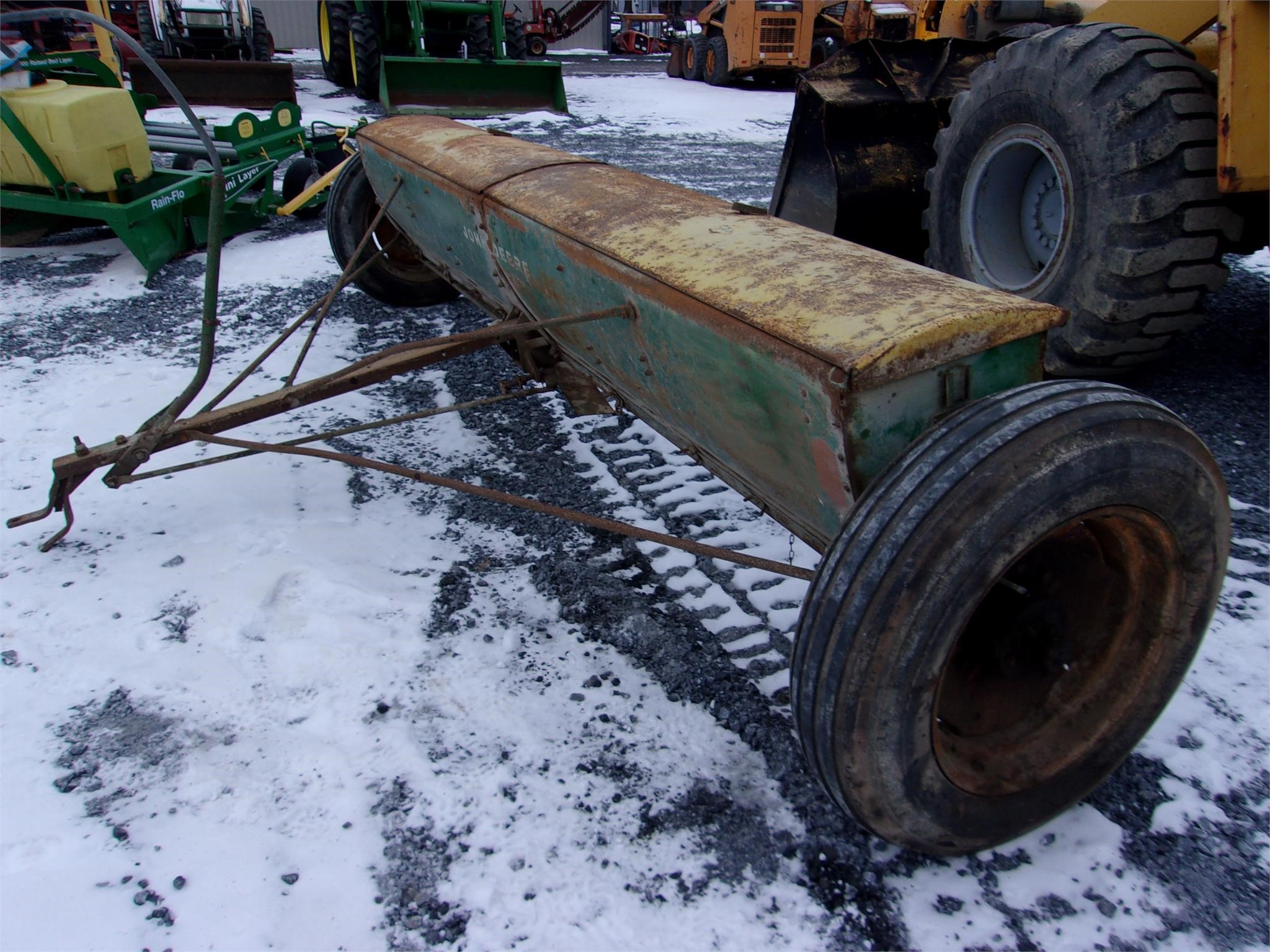 John Deere LF Pull-Type Fertilizer Spreader