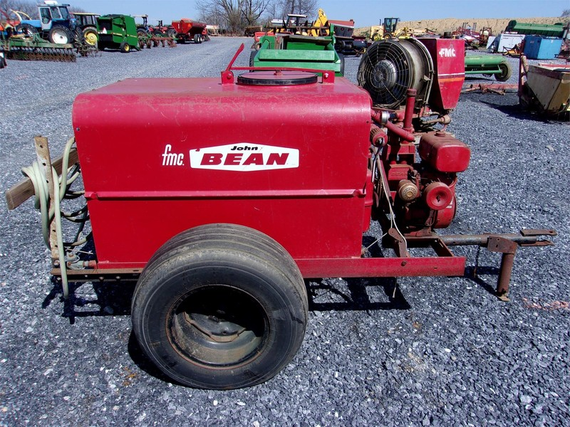 FMC 1000 Pull-Type Sprayer