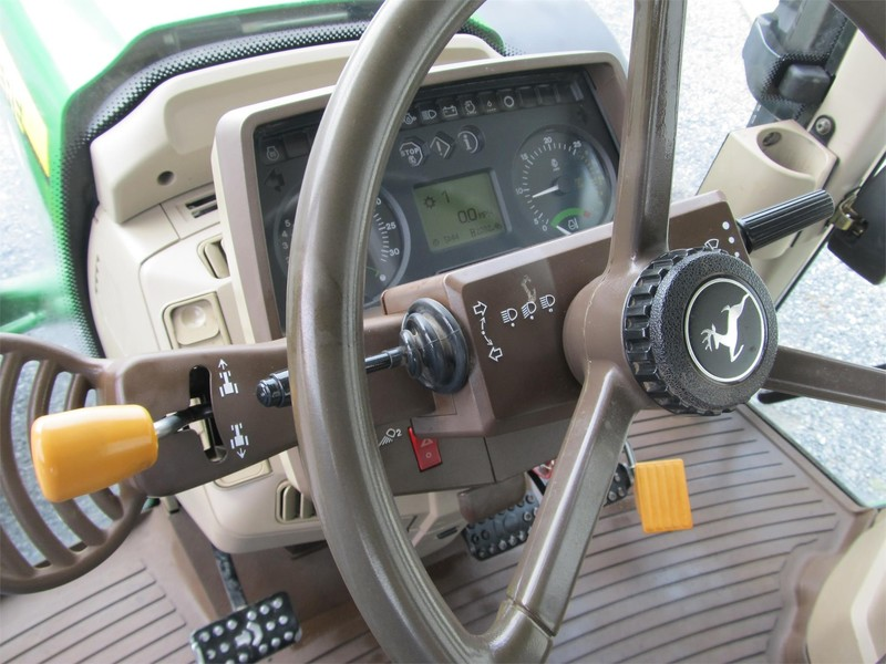 2006 John Deere 7220 Tractor
