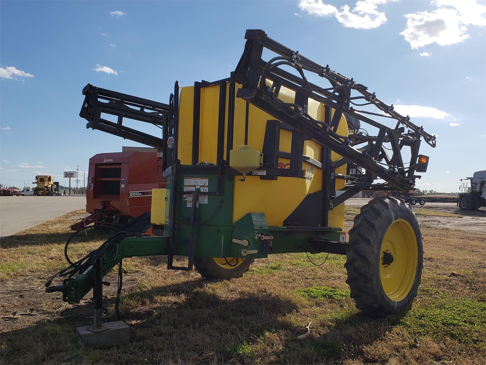 2008 Demco 1250 Pull-Type Sprayer