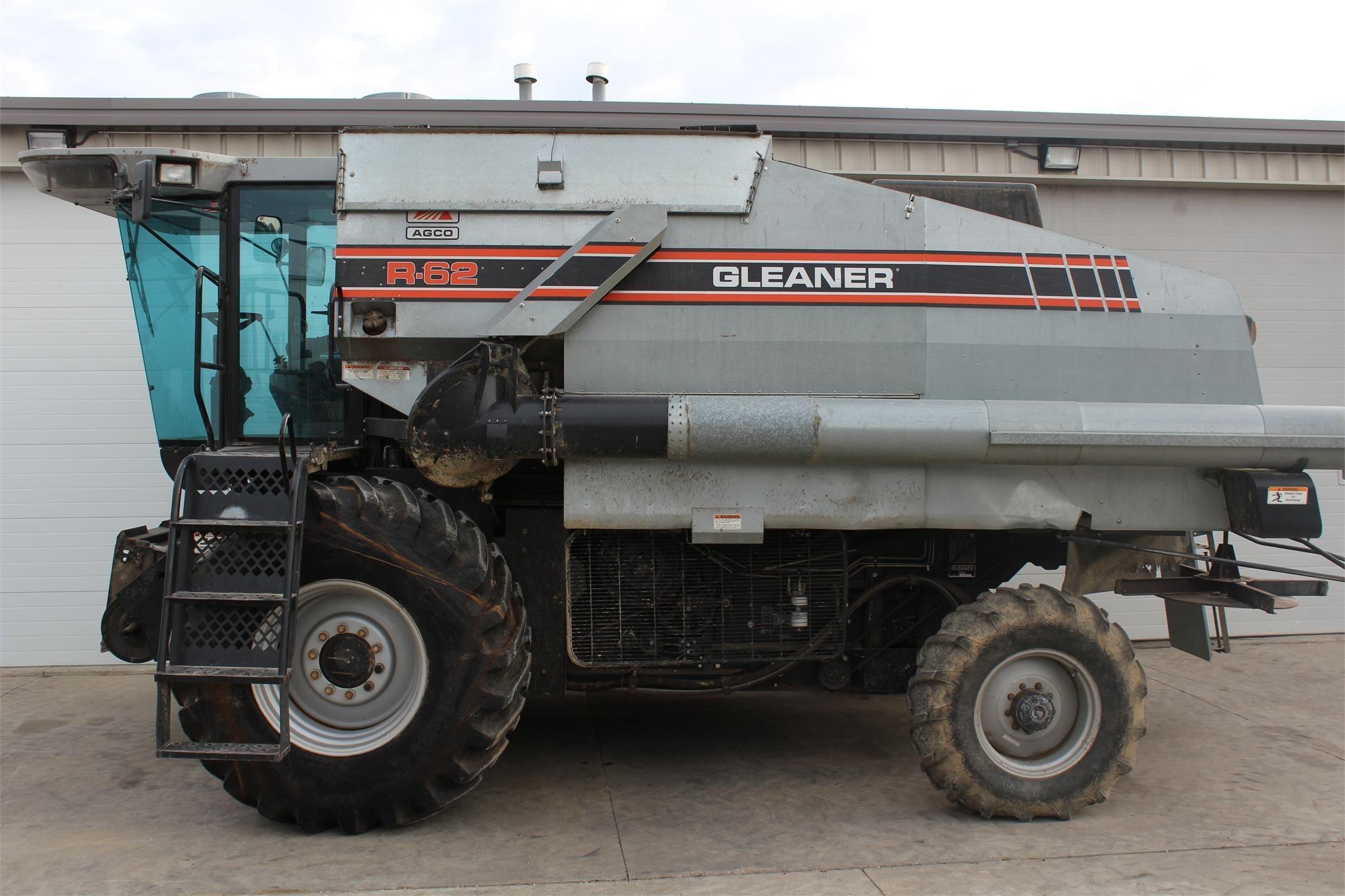 1995 Gleaner R62 Combine