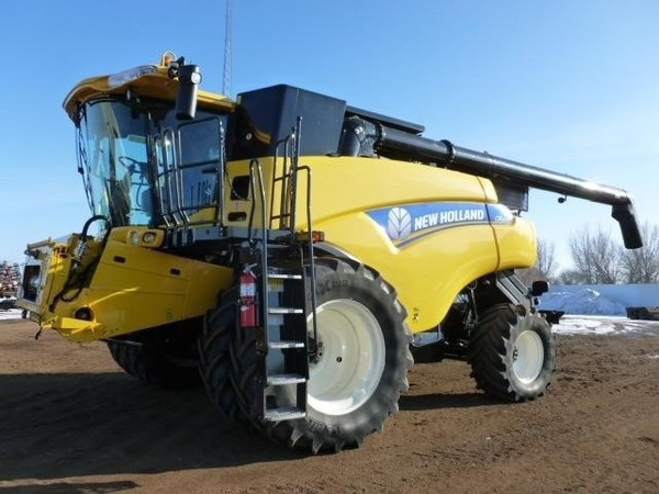 2013 New Holland CR9090 Combine