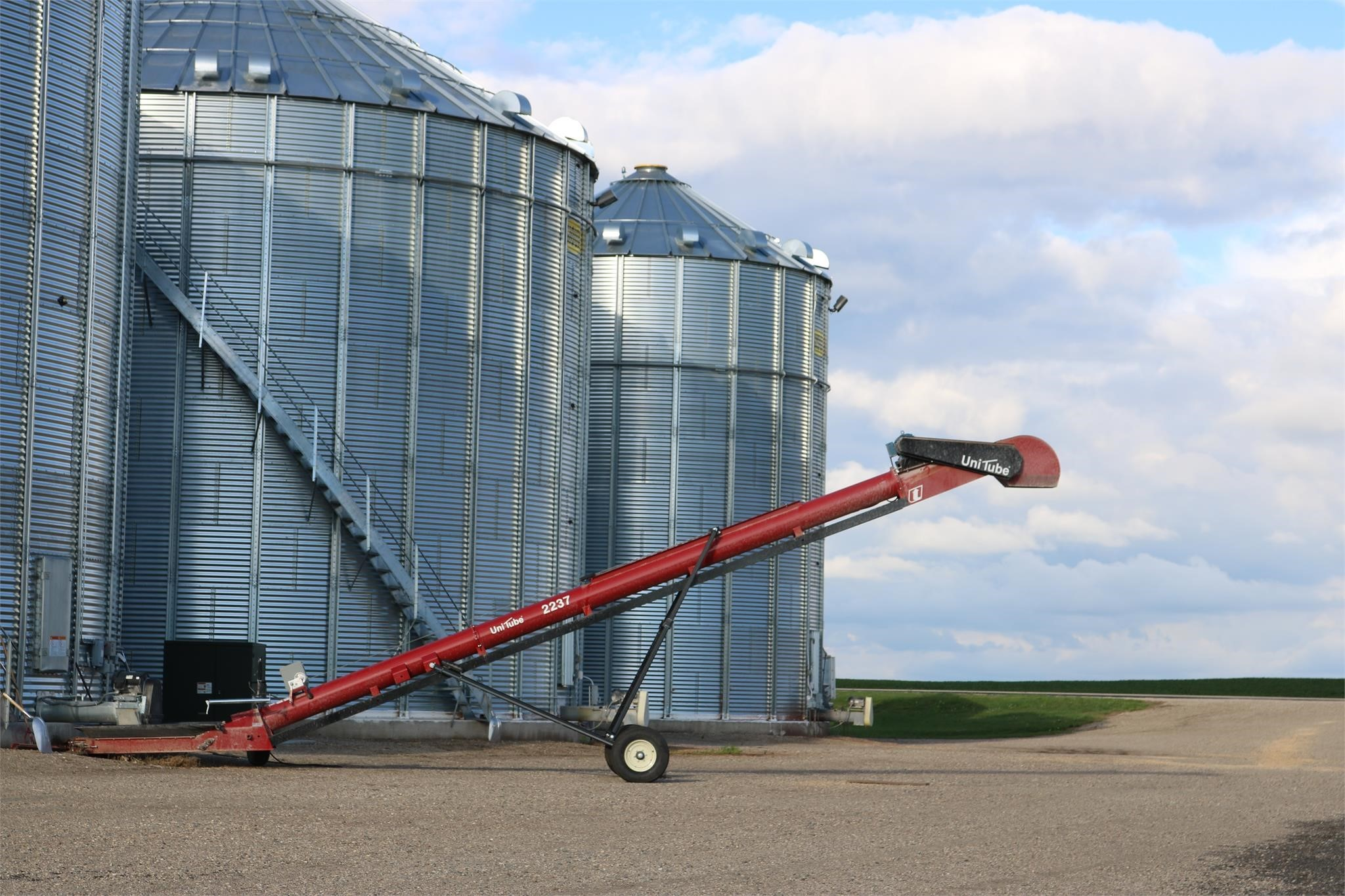 2020 Universal 2237 SHORT FIELD LOADER TD Augers and Conveyor