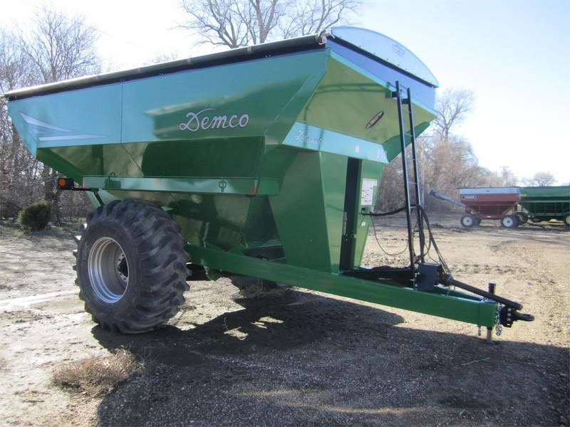 2017 Demco 850 Grain Cart