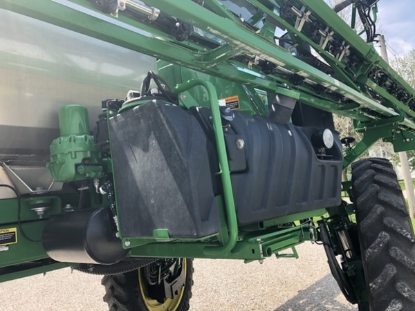 2016 John Deere R4038 Self-Propelled Sprayer