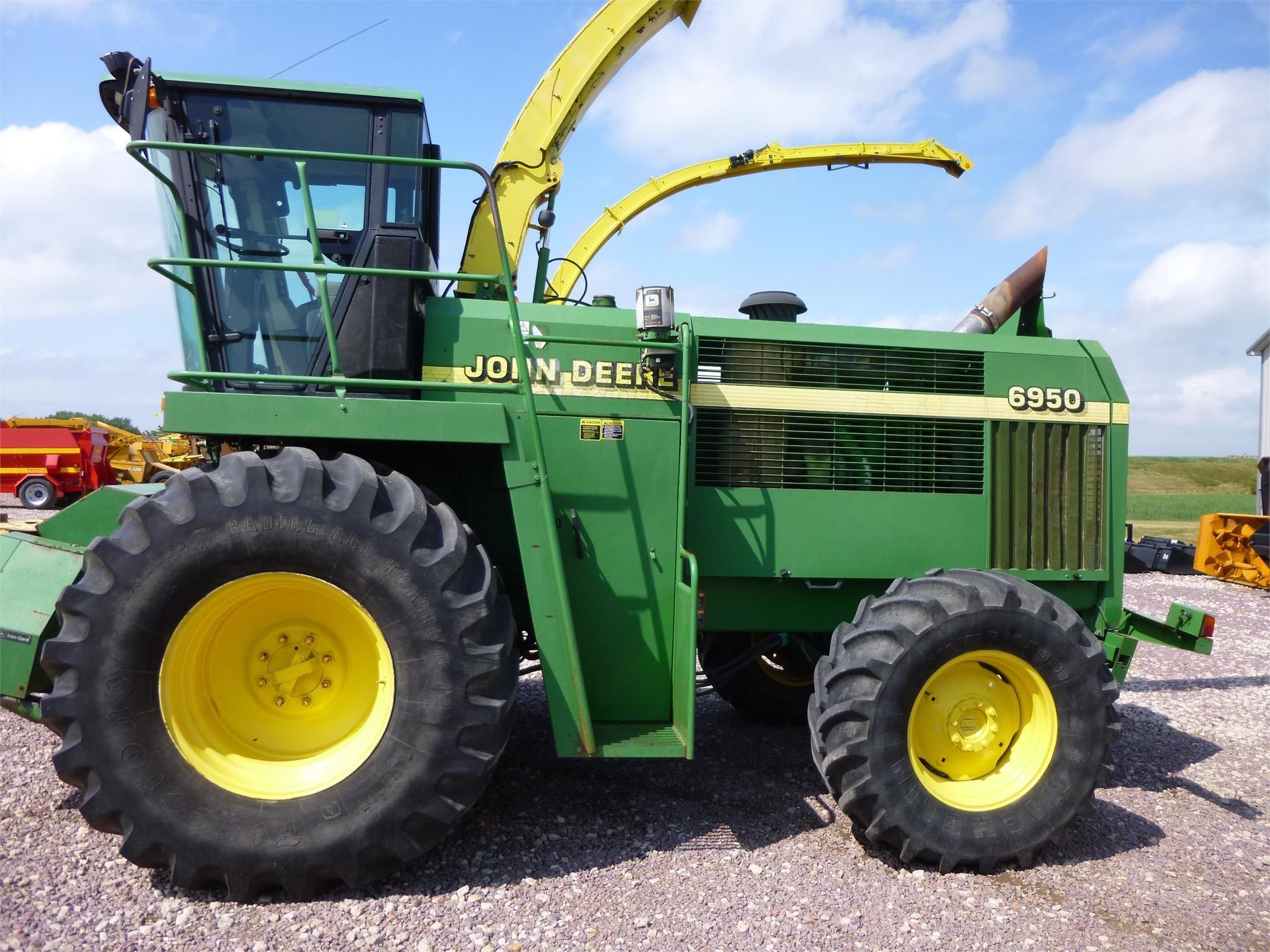 2002 John Deere 6950 Self-Propelled Forage Harvester