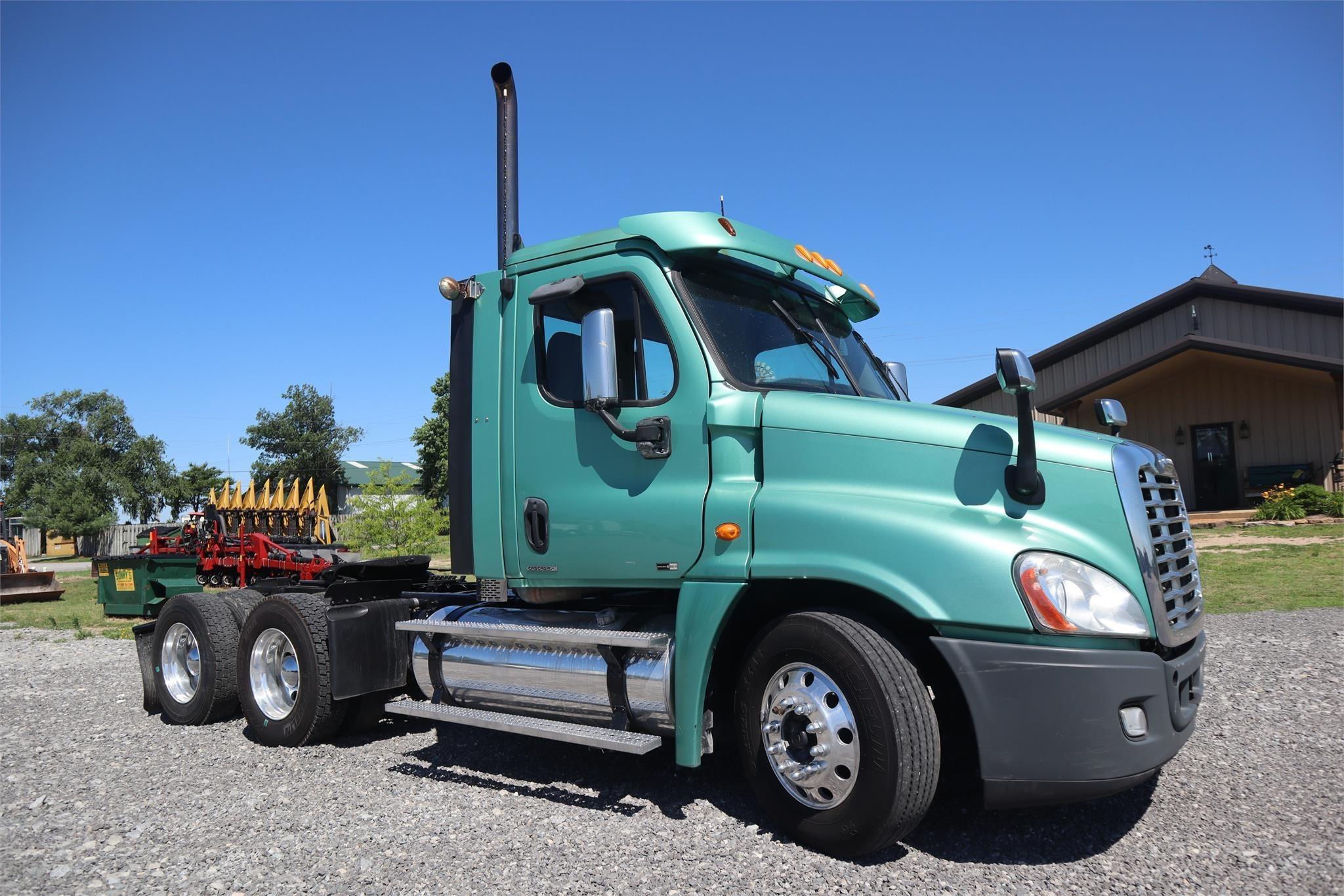 2010 Freightliner Cascadia 125 Semi Truck