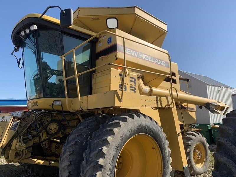 1998 New Holland TR98 Combine