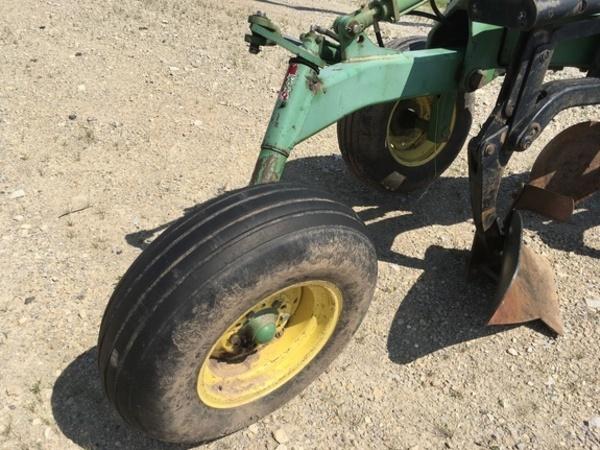 1990 John Deere 2810 Plow