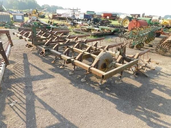1982 John Deere 1010 Field Cultivator