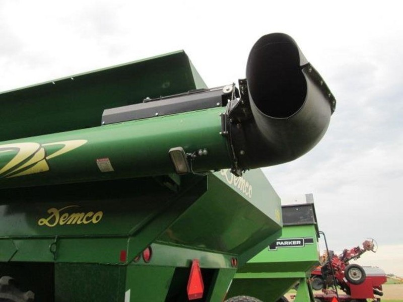 2010 Demco 550 Grain Cart