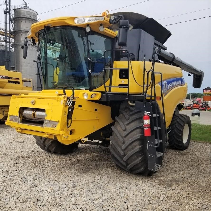 2014 New Holland CR6090 Combine