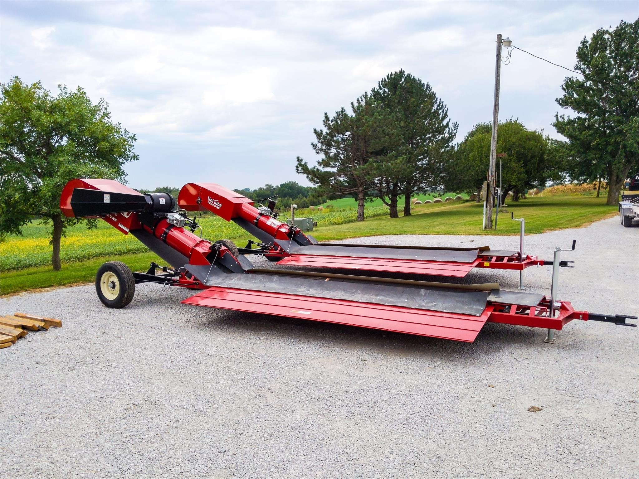 2020 Universal 2200 DRIVE OVER Augers and Conveyor