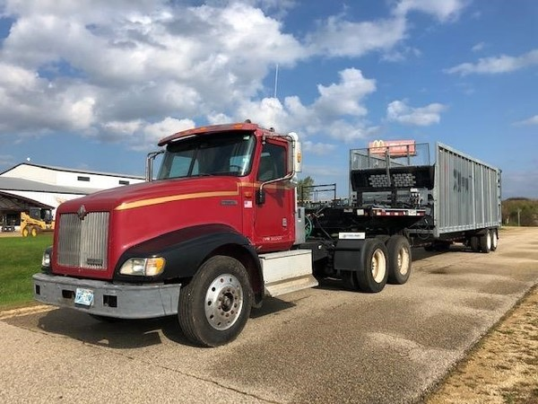 2000 International 9400i Semi Truck