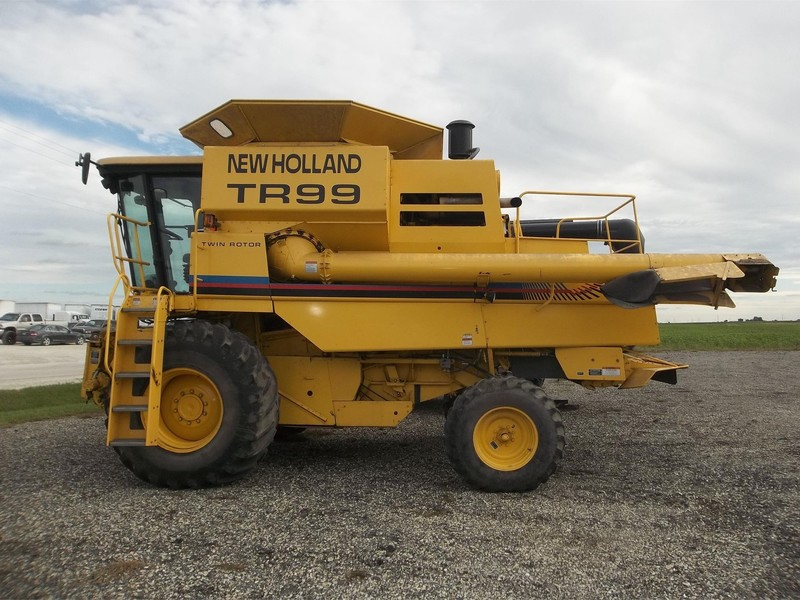 2000 New Holland TR99 Combine