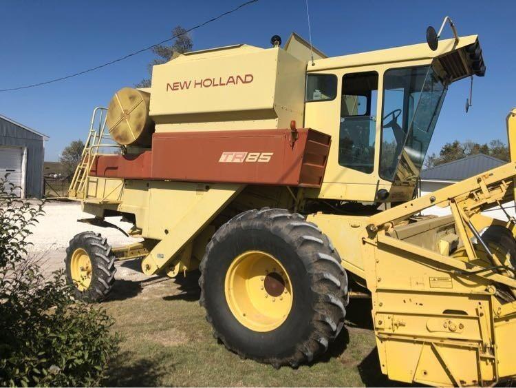 1984 New Holland TR85 Combine