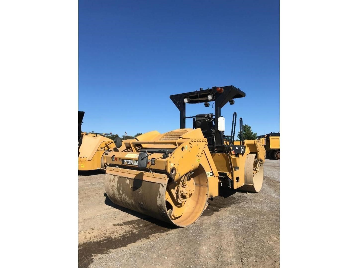 2012 Caterpillar CB64 Compacting and Paving