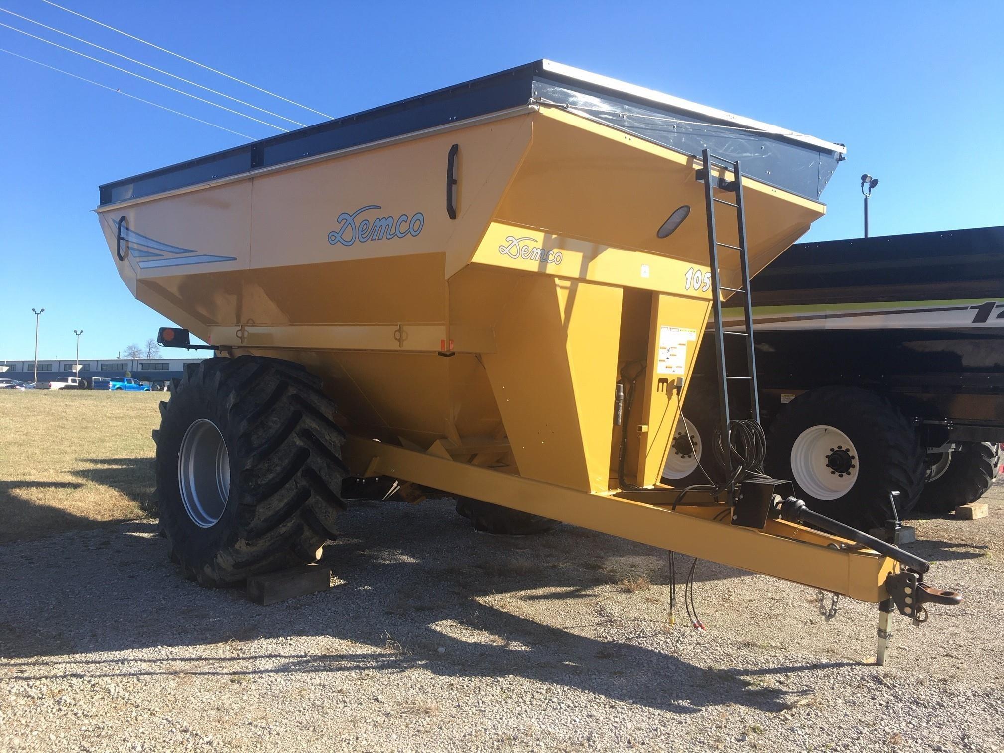 2017 Demco 1050 Grain Cart